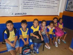 Alumnos de la escuela de Villa Nueva Teotônio, que se ha quedado con la mitad de escolares, esperan al bus que los llevará a sus casas en las cercanías o al barco que cruza el embalse de la central hidroeléctrica de Santo Antônio, porque viven al otro lado del río Madeira, en el municipio de Porto Velho, en el noroeste de la Amazonia brasileña. Crédito: Mario Osava/IPS