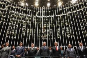 Michel Temer, tercero por la izquierda, durante su toma de posesión como presidente a plenitud de Brasil, en un breve acto en el Senado, poco después de que esa cámara legislativa dictaminase la destitución de Dilma Rousseff como mandataria. Crédito: Beto Barata/PR