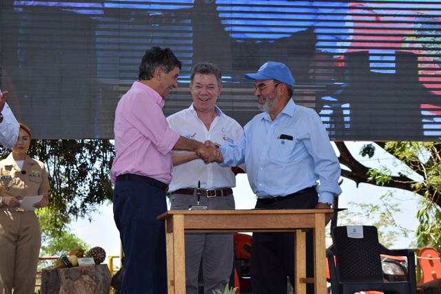El director general de la FAO, José Graziano da Silva (derecha), con el presidente de Colombia, Juan Manuel Santos (centro) y el ministro para el Posconflicto, Rafael Pardo, durante la firma de un acuerdo para el desarrollo rural en el país latinoamericano. Crédito: FAO
