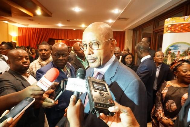 El director de la Nepad, Ibrahim Assane Mayaki, responde a los medios de comunicación en el Segundo Foro de Desarrollo Rural Africano en Yaundé, Camerún. Crédito: Charles Mkoka / IPS