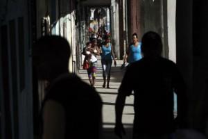 El nuevo tributo abarcaría a 94 por ciento de las empresas estatales de Cuba, responsables de descontar a cada trabajador el porcentaje correspondiente de su remuneración. Crédito: Jorge Luis Baños/IPS