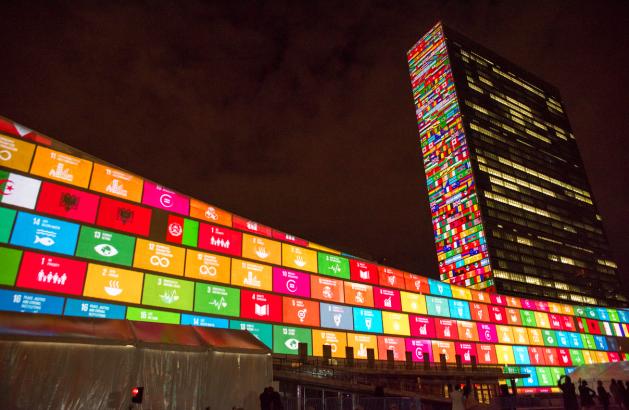 Los Objetivos de Desarrollo Sostenible proyectados sobre la sede de la ONU en Nueva York. Crédito: Cia Pak/ ONU