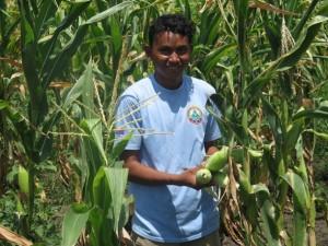 Phal Vannak, un agricultor de Amlaing, en Camboya, se benefició con la recuperación de un canal de riego por la FAO. Crédito: Amy Fallon / IPS