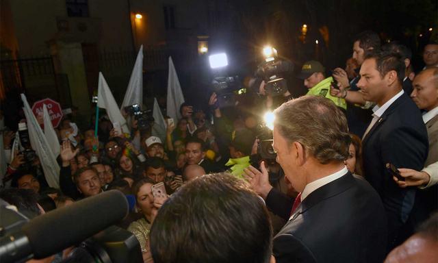 """""""Les aseguro que esta paz la vamos a conseguir"""", dijo el presidente de Colombia, Juan Manuel Santos, a cariacontecidos partidarios del """"sí"""", tras conocerse su derrota en el plebiscito del domingo 2. Crédito: Juan Pablo Bello/SIG"""
