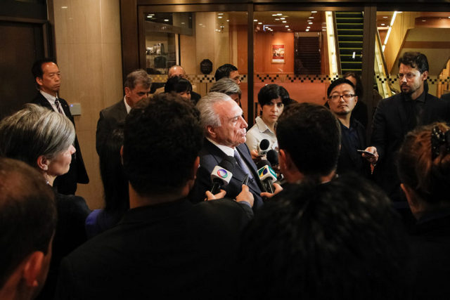 Michel Temer, uno de los muchos vicepresidentes brasileños que ascendieron a la Presidencia, en un encuentro con periodistas el 18 de octubre en Tokio. Las comunicaciones permiten en la actualidad que los gobernantes se alejen del país manteniendo su gestión y control político interno. Crédito: Beto Barata/PR