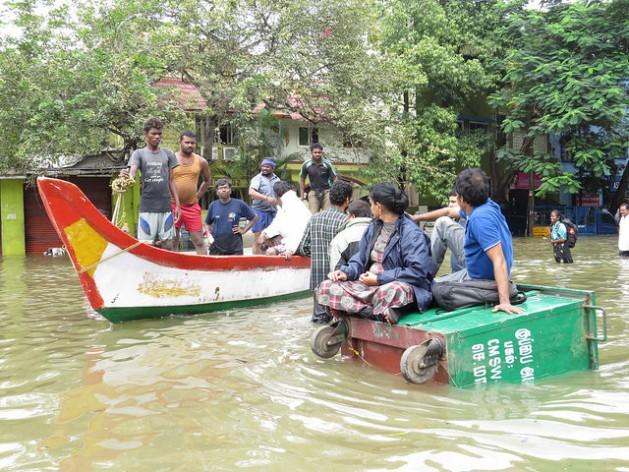 Una pareja espera a ser rescatada en un contenedor de basura dado vuelta durante las inundaciones que sumergieron a Chennai, en el estado de Tamil Nadu, en India, en diciembre de 2015. Crédito: R. Samuel/IPS.