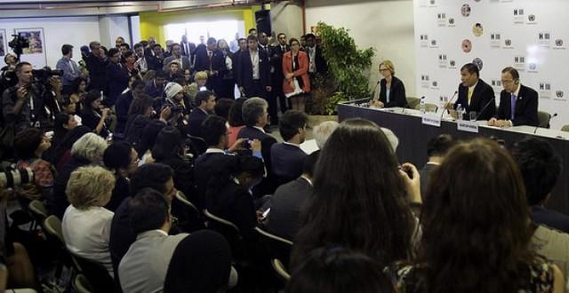 El presidente de Ecuador, Rafael Correa (izquierda), y el secretario general de la Organización de las Naciones Unidas, Ban Ki-Moon, durante un encuentro con periodistas, en la inauguración de la Tercera Conferencia de Naciones Unidas sobre vivienda y desarrollo urbano sostenible (Hábitat III), el lunes 17 en Quito. Crédito: Presidencia de Ecuador