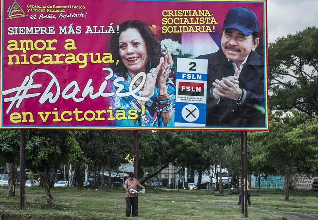 La campaña electoral del FSLN en Nicaragua se ha basado en colocar carteles gigantes, con imágenes de sus candidatos, el presidente Daniel Ortega y su esposa Rosario Murillo. Crédito: Oscar Navarrete/IPS