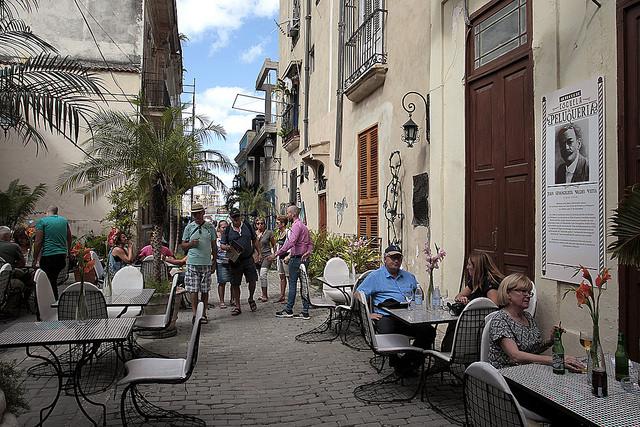 Clientes en mesas en el exterior de uno de los cuatro restaurantes privados en el Callejón de los Barberos, en el barrio del Santo Ángel, en la Habana Vieja, una calle peatonal muy frecuentada por los turistas que visitan Cuba. Crédito: Jorge Luis Baños/IPS