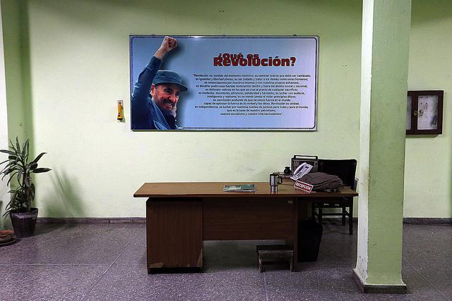 Un cartel con la imagen de Fidel Castro detrás de un escritorio vacío, en una oficina del municipio de Centro Habana, en la capital de Cuba, el sábado 26 de noviembre, horas después de anunciarse la muerte del líder histórico de la Revolución, a los 90 años. Crédito: Jorge Luis Baños/IPS