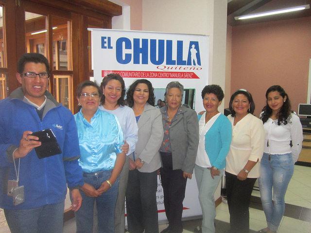 """Parte del equipo de El Chulla de Quito. Pilar Guacho (tercera por la izquierda) es la editora del periódico y directora de Comunicación de la Zona Centro de la alcaldía de la capital de Ecuador, y Elsa Mejía (quinta por la izquierda) es la """"abuela"""" de la redacción. Crédito: Mario Osava/IPS"""
