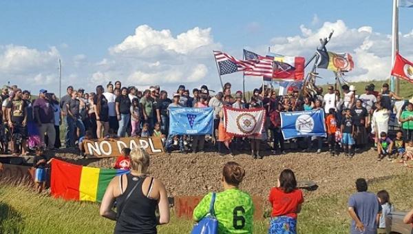 La tribu Standing Rock Sioux batalla en Dakota del Norte, en Estados Unidos, contra el paso de un oleoducto por su territorio, en un movimiento que ha despertado la solidaridad internacional y que tiene aspectos similares a las luchas contra megaproyectos de los indígenas latinoamericanos en varios países. Crédito: Downwindersatrisk.org