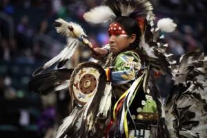 Bailarín tradicional en el Festival Manito Ahbee, que celebra la cultura y el patrimonio indígena para unificar, educar e inspirar. Crédito: Travel Manitoba/cc by 2.0