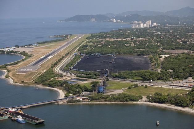 Terminal portuaria de la compañía carbonera Prodeco en la ciudad caribeña de Santa Marta. Crédito: Juan Manuel Barrero/IPS.