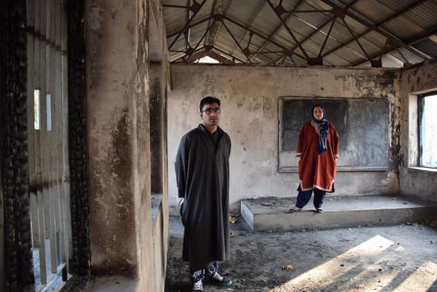 Shugufta Barkat y su hermano Rasikh Barkat, exmaestra y alumno, respectivamente, en la escuela secundaria pública de Kulgam, uno de los centros de enseñanza de Cachemira que fueron incendiados recientemente. Crédito: Stella Paul / IPS