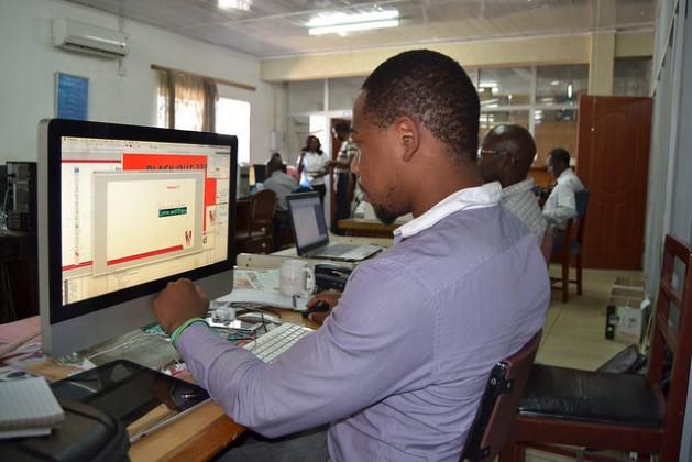Given Mbwira (izquierda) y Obed Nkhoma trabajan con Internet en la oficina de The Nation en la sureña ciudad de Blantyre, en Malawi. Pronto, la población rural del país contará con un acceso barato y rápido a la red gracias al proyecto WhiteSpaces. Crédito: Bobby Kabango/IPS.