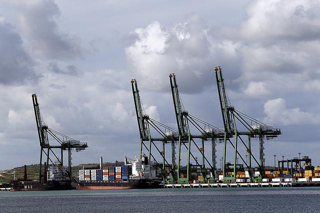 Parte del puerto de la Zona Especial de Desarrollo Mariel, a 45 kilómetros de La Habana. El gobierno de Cuba está especialmente interesado en atraer inversión extranjera a este centro logístico, industrial, portuario y de zona franca. Crédito: Jorge Luis Baños/IPS