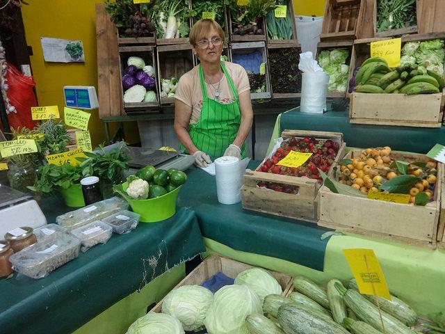 La productora agroecológica Alicia Della Ceca, en su puesto en El Galpón, en el barrio de Chacarita, en la capital de Argentina. En ese mercado de productos orgánicos, basado en la economía social, ella vende directamente los productos que cultiva con sus dos hijos en una finca de 3,5 hectáreas. Crédito: Fabiana Frayssinet/IPS