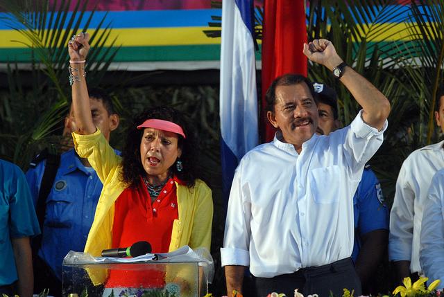 El reelecto mandatario Daniel Ortega y su esposa Rosario Murillo, elegida como vicepresidenta en noviembre, en unos comicios que han despertado críticas internacionales y que ampliará el control del poder de la pareja presidencial. Crédito: Oscar Navarrete/IPS
