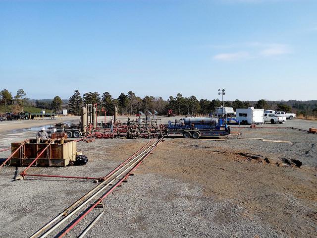 Parte de un campo de gas de la localidad de Damascus, en el  sudoriental estado de Arkansas, dentro de la cuenca de Fayetteville, en Estados Unidos, el país donde más intensivamente se desarrolla la industria de los combustibles de esquisto. Crédito: Emilio Godoy/IPS