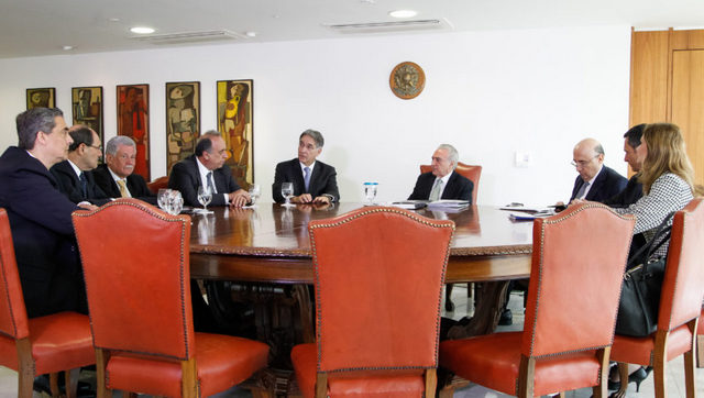 Las mujeres han pasado a ser una excepción en el gobierno de Brasil, como en este encuentro del presidente Michel Temer, en el centro, con algunos gobernadores, en la sede del gobierno, en Brasilia. Crédito: Beto Barata/PR