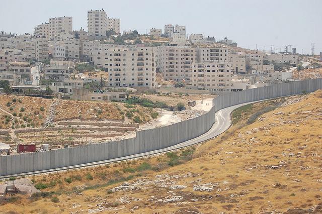 El campamento de refugiados palestinos de Shuafat puede verse al otro lado del muro que lo separa del asentamiento israelí de Pisgat Ze'ev. Crédito: Jillian Kestler-D'Amours/IPS.