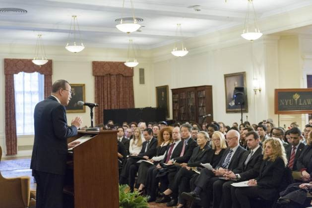 """El secretario general de la ONU, Ban Ki-moon, da una conferencia sobre """"El futuro del desarme multilateral"""" en un encuentro organizado por el Centro de Asuntos Globales, de la Universidad de Nueva York. Crédito: Rick Bajornas/UN Photo."""