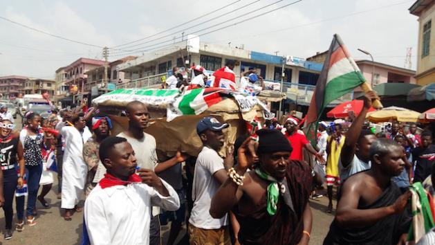 Los residentes de Kumasi, capital de la región Ashanti en Ghana y bastión de la oposición, llevan un ataúd, listo para enterrar simbólicamente al presidente John Mahama y su NDC. Crédito: Kwaku Botwe / IPS