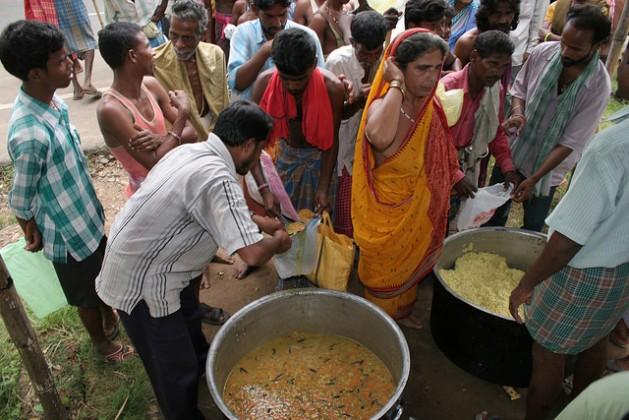 Damnificados por las inundaciones reciben comida de emergencia en una aldea costera en el estado oriental de Odisha, en India. Crédito: Manipadma Jena / IPS