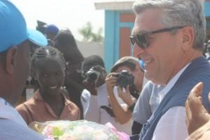 El alto comisionado Filippo Grandi es recibido en el campamento de Minawao, en Camerún el 15 de diciembre, donde unos 60.000 refugiados huyeron de los ataques de Boko Haram. Crédito: Mbom Sixtus / IPS