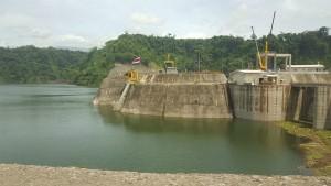 La central más grande de América Central, el Proyecto Hidroeléctrico Reventazón, con una capacidad de 305,5 megavatios, contribuyó desde su inauguración en septiembre a que en 2016 Costa Rica pasase 250 días sin requerir hidrocarburos para generar electricidad. Crédito: Diego Arguedas Ortiz /IPS