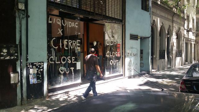 La mayor parte de los comercios de Buenos Aires sufre el efecto de la caída del consumo y algunos se han visto obligado a cerrar sus puertas, como este negocio de artículos de cuero del barrio de Villa Crespo, en la capital de Argentina. Crédito: Daniel Gutman/IPS