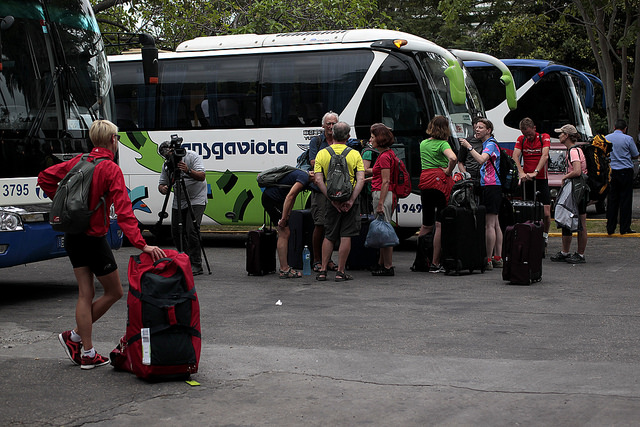 Turistas aguardan la salida de un bus de los que recorren diferentes destinos internos, en un hotel de la ciudad de Cienfuegos, en Cuba. El turismo se ha transformado en el segundo sector económico del país. Crédito: Jorge Luis Baños/IPS