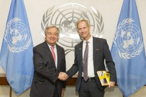 El secretario general de la ONU, António Guterres, con Olof Skoog, de Suecia, presidente del Consejo de Seguridad durante el mes de enero. Crédito: Rick Bajornas/UN Photo.