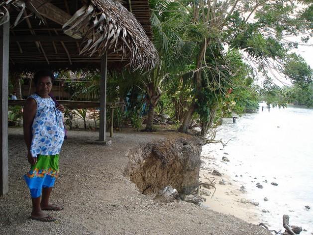 La elevación de las mareas y la erosión costera invaden viviendas domésticas y construcciones comunitarias en la aldea de Siar, en la provincia de Madang, en Papua Nueva Guinea. Crédito: Catherine Wilson/IPS