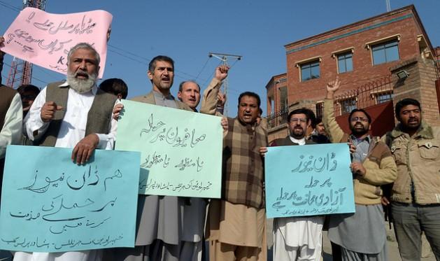 Periodistas pakistaníes en Peshawar, capital de Jyber Pajtunjwa, protestan por el atentado contra el diario Dawn News, cerca del Club de la Prensa near en november de 2016. Crédito: Ashfaq Yusufzai/IPS.