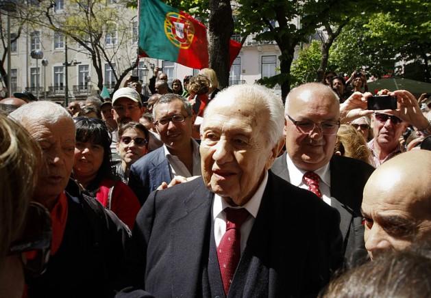 Mário Soares participando en una manifestación por los 40 años de la Revolución de los Claveles el 25 de abril de 2014 en Lisboa. Crédito: FraLiss. Creative Commons Attribution-Share Alike 3.0 Unported license.