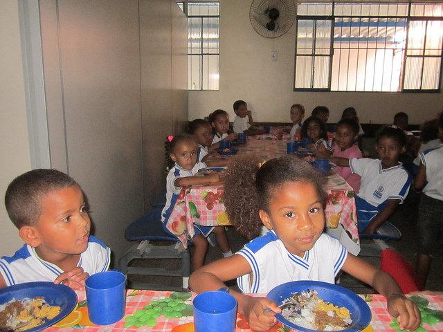 Niños y niñas almuerzan en una escuela del estado de Río de Janeiro, en Brasil, en una comunidad donde la mayoría vive en pobreza, pero gracias a la sinergia entre la agricultura familiar y la alimentación en las escuelas se ha logrado eliminar la malnutrición entre el alumnado. Crédito: Mario Osava/IPS
