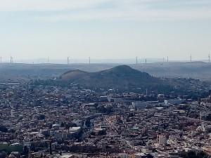 En México, los campos eólicos generan polémica por denuncias de tratos injustos, despojos de tierras, falta de consulta previa, libre e informada y exclusión de la electricidad generada. En la imagen, los aerogeneradores enmarcan el horizonte de la norteña ciudad de Zacatecas. Crédito: Emilio Godoy/IPS