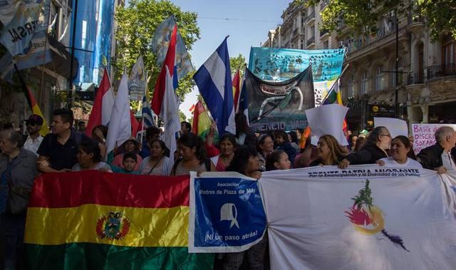 Una manifestación a favor de los derechos de los de inmigrantes en Argentina, en 2016 en la Avenida de Mayo de Buenos Aires. En 2003, una ley les garantizó derechos de asistencia social y atención sanitaria, sin importar su situación legal, pero ahora afrontan nuevas medidas en su contra. Crédito: Cortesía de Red Nacional de Líderes Migrantes