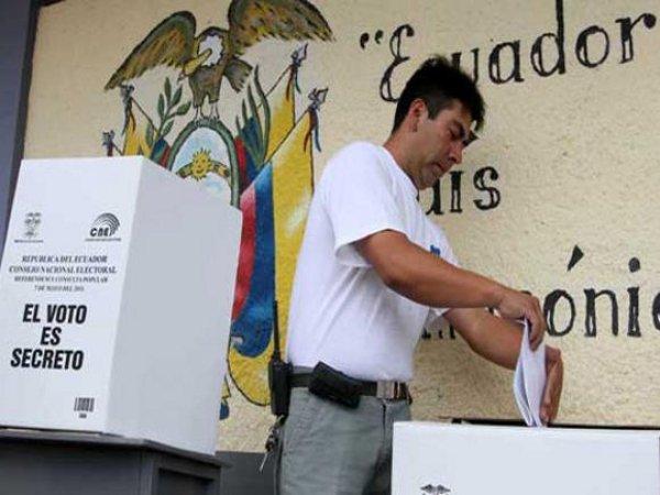 El voto de los indecisos, situados por las encuestas entre 25 y 35 por ciento de los electores, van a decidir el domingo 19 si habrá una segunda vuelta para escoger a quien sustituirá en la Presidencia de Ecuador desde el 24 de mayo a Rafael Correa, tras una década al frente del país. Crédito: CNE