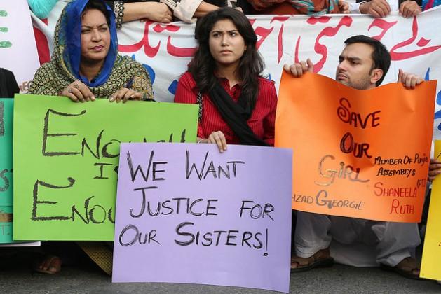 Manifestantes protestan afuera del Cliba de la Prensa de Lahore, capital de la provincia de Punyab, en Pakistán el 12 de julio de 2016 en relcamo de justicia para las víctimas de violencia sexual. Crédit: Irfan Ahmed/IPS.