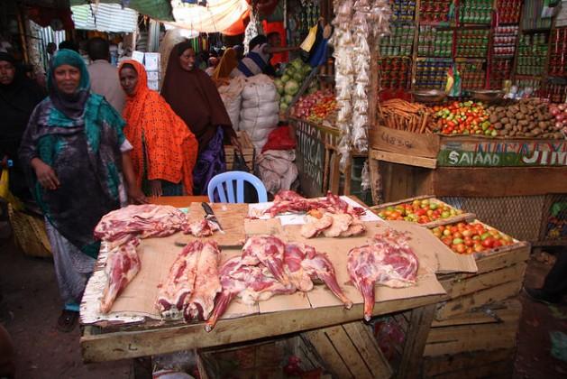 En la capital de Somalilandia, los visitantes encuentran una mezcla de apasionados mercados tradicionales en sintonía con modernos edificios y centros comerciales de fachadas de vidrio, cafés con conexión inalámbrica a Internet y gimnasios con aire acondicionado, todo financiado por la diáspora y salpicado del típico dinamismo somalí. Crédito: James Jeffrey/IPS.