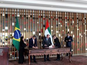 El ministro de Relaciones Exteriores de los Emiratos Árabes Unidos, el jeque Abdulah bin Zayed al Nayhan (a la izquierda), y homólogo Aloysio Nunes, durante la firma de los acuerdos, en la sala de los Tratados, en el Palacio de Itamaraty, sede de la cancillería brasileña, en Brasil. Crédito: Doris Calderon/IPS