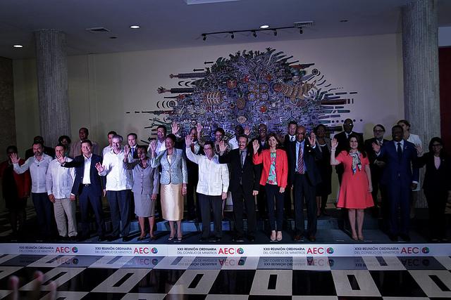 Foto de familia, durante la jornada concluisiva de la 22 Reunión Ordinaria del Consejo de Ministros de la Asociación de Estados del Caribe (AEC), el 10 de marzo, en la capital de Cuba. Crédito: Jorge Luis Baños/IPS