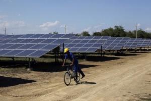 Un operario supervisa en bicicleta las 5,5 hectáreas cubiertas por los conversores de electricidad en el Parque Solar Fotovoltaico Santa Teresa, en la periferia sur de Guantánamo, en el oriente de Cuba. Se aspira a que la instalación cuente con 34 hectáreas de paneles. Crédito: Jorge Luis Baños/IPS