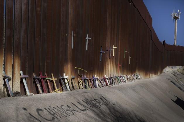 Unas cruces recuerdan los muertos al tratar de atravesar el muro entre México y Estados Unidos. Crédito: Hans Maximo Musielik/Amnistía Internacional