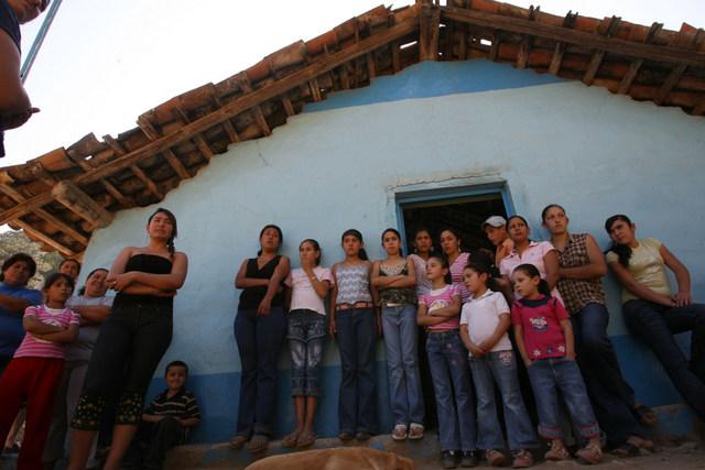 Tras la muerte de dos maestras en su aldea, mujeres piden justicia contra la violencia sexista, plantadas ante la escuela de la localidad, en el estado de Sinaloa, en México. Crédito: Mónica González/IPS