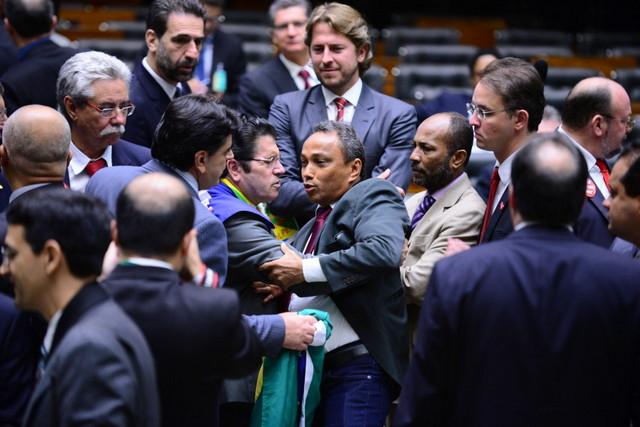 Una de las convulsas sesiones de la Cámara de Diputados de Brasil. Buena parte de los parlamentarios del país están bajo sospecha o encausados por corrupción. Crédito: Nilson Bastian/Cámara de Diputados