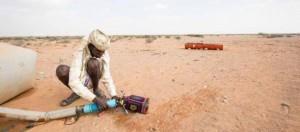 Los pastores de Ufeyn, en la región somalí de Puntlandia, tienen que caminar cada vez más para encontrar agua para su ganado. Crédito: @WFP/K Dhanji